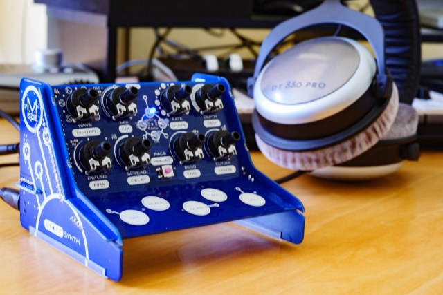 CRAFTsynth has line-out and headphones
