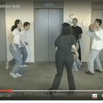白いシャツを着たグループが何回パスをするかをカウントして見てください。