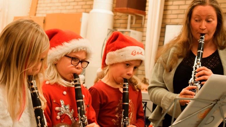 ASPIRANTER: Tromøy skolemusikkorps har flere aspiranter. På huskonserten fikk bl.a. klarinettspirene fremføre en julesang under ledelse av instruktør Ragnhild Brekke. Foto: Esben Holm Eskelund