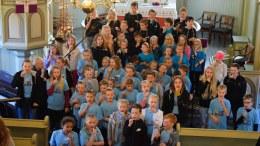 LYS VÅKEN: 5-klassinger, ledere og minisingere fremførte sangen Lys våken. Foto: Esben Holm Eskelund