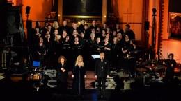 HANNES JULESTJERNER; Tromøy Gospelkor gjorde en god fremtreden som kor for gospelsangerinnen Tata Vega (t.v.), Hanne Krogh og Thomas Ruud. Foto: Esben Holm Eskelund