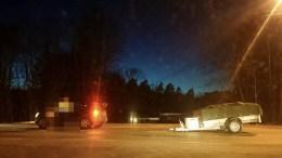 HENGER LØSNET: Midt på fylkesveien ved Lofstad falt en tilhenger av festet på bilen som trakk den. Foto: Tom Terjesen
