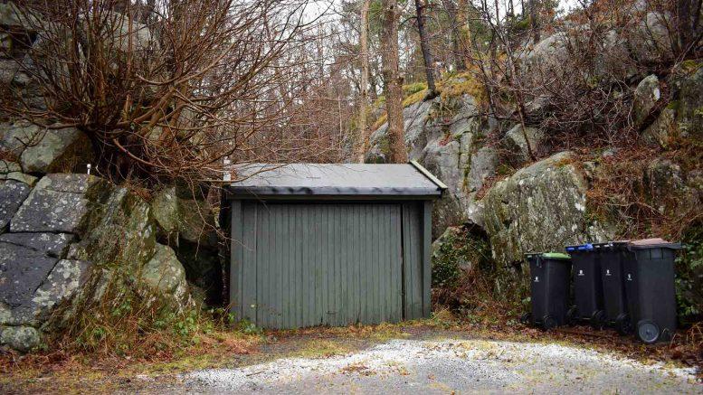 FJELLIMELLOM: Mellom de to fjellene ble det en gang i tiden plassert en garasje, og det er stort sett ikke plass til mer. Foto: Esben Holm Eskelund