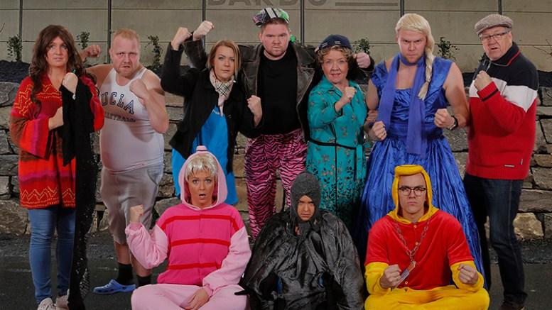 PÅ BARRIKADENE: Flere tromøyfolk er sentrale i årets Granerevy, som har premiere i Arendal kulturhus fredag. Pressefoto