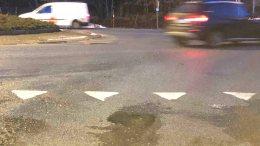 FARLIG HULL: Dette hullet i veien har flere bilister smelt nedi de siste dagene. Foto: Tor Øyvind Fluør