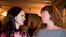 STOLT SØSTER: Elin Okkenhaug Bratland (t.h.) var veldig stolt over lillesøster Karin Okkenhaugs debutkonsert i Færvik kirke på Tromøy tirsdag kveld. Foto: Esben Holm Eskelund