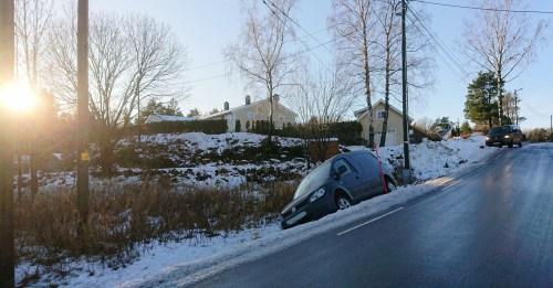 BARE VEIER: Det er bart på veien der bilen har kjørt ut. Det kan ikke utelukkes at det har vært glatt på veien tidligere tirsdag. Foto: Tom Terjesen