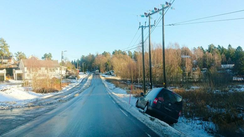 I GRØFTA: Bilen har havnet godt utenfor kjørebanen, men sto ikke til hinder for trafikken. Foto: Tom Terjesen