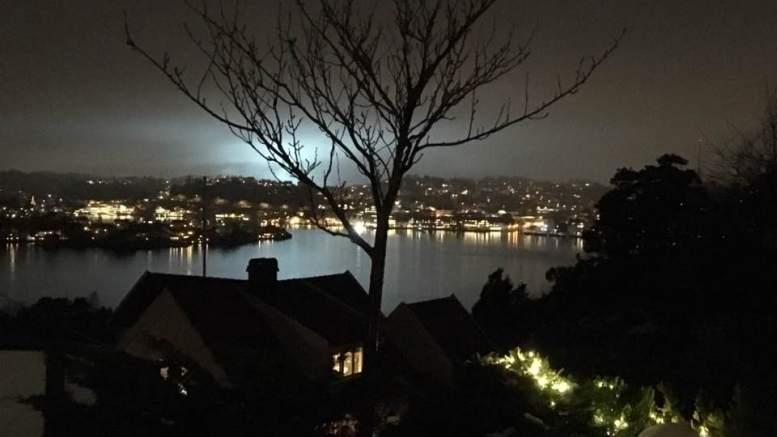 LYSTE OPP GALTESUND: Kan det ha vært nordlys, eller er det noe annet som lyste opp byfjorden i Arendal tirsdag morgen. Foto: Ivar Grødal