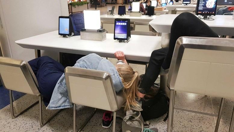 SNØFAST I NEW YORK: Familien Lilleholt Bekkvik har døgnet på flyplassen Newark i påvente av å få fly hjem til Norge. Når det skjer var lørdag ettermiddag svært uvisst. Foto: Per Christian Bekkvik
