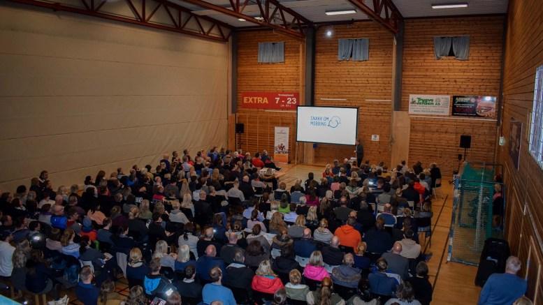 FYLTE HALLEN: Den minste delen av Tromøyhallen var tettpakket på foreldremøtet, der anslagsvis 300 personer hadde møtt frem. Foto: Esben Holm Eskelund