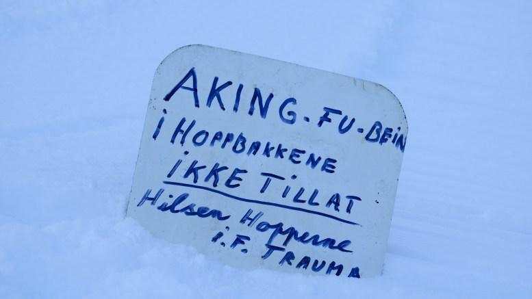 AKETRØBBEL: Hopperne i Trauma IF jubler over vintersnø, men fortviler over manglende respekt for hoppbakken. Foto: Esben Holm Eskelund