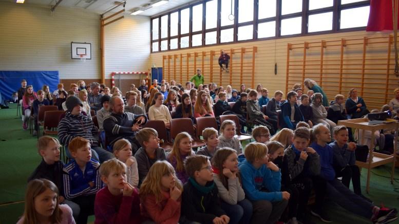 LÆRERIK SKOLETIME: Elever fra 5.- til 7.-trinn på Sandnes skole fulgte nøye med på Barnevaktens time om nettvett og mobbing sist torsdag. Foto: Esben Holm Eskelund