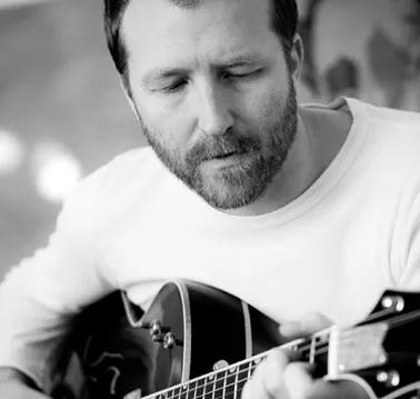 TIL TROMØY: Artisten Thom Hell spiller to konserter på Studio Spornes i helgen. Pressefoto