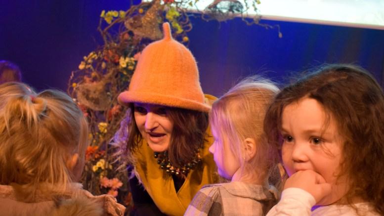 ALVINA: Margareth Anker i skikkelsen til trolljenta Alvina fikk god kontakt med barna i publikum på lanseringsforestillingene i Arendal kulturhus lørdag. Foto: Esben Holm Eskelund