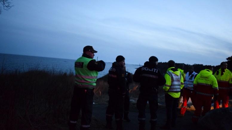 LETEAKSJON: Mandag kveld pågikk en stor leteaksjon etter at fiskebåt gikk på grunn ved Spornesskjæra utenfor Spornes. Foto: Esben Holm Eskelund
