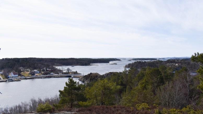 ROMSÅSEN: Stedet ligger vakkert til med flott utsikt til mange andre perler i skjærgården utenfor Tromøy. Foto: Esben Holm Eskelund