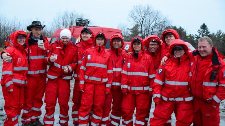 RØDE KORS: Røde Kors hjelpekorps var i flertall i starten av russens andre arrangement på flystripa ved Spornes i forbindelse med markeringen av inngangen til mai måned. Foto: Esben Holm Eskelund