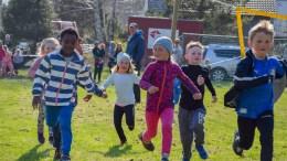 VÅRSLIPP: Full innsats av løpeglade barn på årets første cup- og karusell, som fant sted på Skare lekeplass. Foto: Esben Holm Eskelund