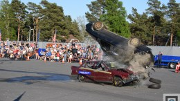 MONSTERSTUNTS: Det var soektakulære stunts som ble vist frem. Her frontkolliderer en bil med en bil plassert vertikalt på banen. Det er enorme krefter som slipper løs i kollisjonsøyeblikket. Foto: Esben Holm Eskelund