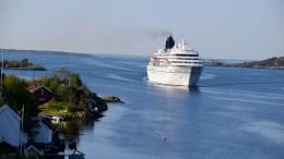MS «Amadea»: Passasjerene om bord fikk en flott innseiling til Arendal gjennom Galtesund mellom Tromøy og Hisøy tirsdag morgen. Foto: Esben Holm Eskelund