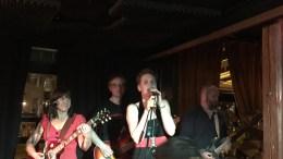WIRKOLA HELLRAISERS: Kristine Norberg fra Tromøy er vokalist i bandet. Bak henne Håkon Winge, på bass. Bandet spilte en god konsert på Barrique. Foto: Gregor Watensen