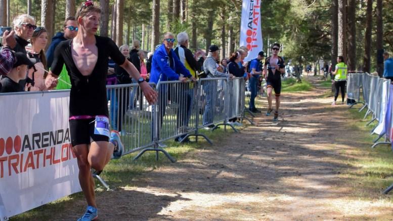 I MÅL: Adrian Endre Westgård sikret sjetteplass og beste plassering for Arendal Triathlon hjemme på egen øy lørdag. Foto: Esben Holm Eskelund