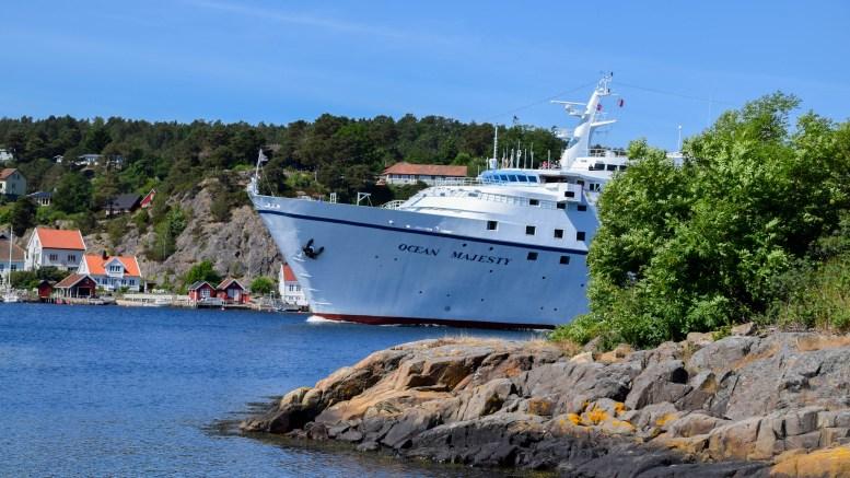 MAJESTETISK: Cruiseskipet MS «Ocean Majesty» passerer ved Torjusholmen på vei ut Galtesund. Foto: Esben Holm Eskelund