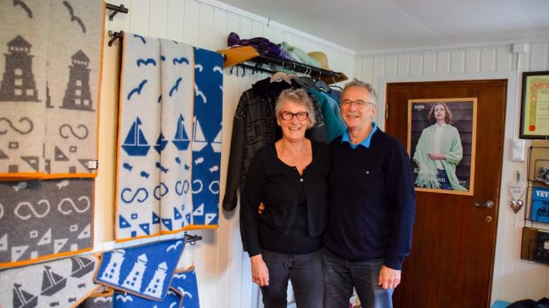 SVABERGET: Tekstilkunstner Kari Bulien og mannen Terence Murphy har lagt ned mye tid med prosjektet «Kystpleddet». I løpet av denne sommeren skal de farte land og strand rundt for å promotere det høyst lokale produktet fra Kjenna. Foto: Esben Holm Eskelund