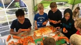 GULROTFESTIVAL: Mange barn prøvde seg på å lage gulrotfløyte under festivalen i fjor. Søndag er det klart for ny festival. Arkivfoto: Esben Holm Eskelund