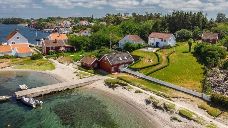 SELGER MERDØPERLE: Eiendommen like ved Gravene på Merdø er lagt ut for salg. Foto: Aktiv Arendal / Finn.no