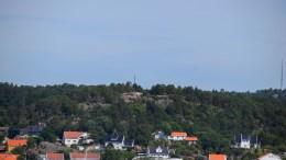 STORVIDDEN: Fjelltoppen med mast midt i bildet rager høyt ved Rævesand. Foto: Esben Holm Eskelund
