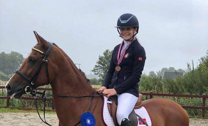 NM-MEDALJE: I helgens NM i sprang for ponni, tok Victoria Celine Dalen bronsemedalje under konkurransen på Fevik. Foto: Privat
