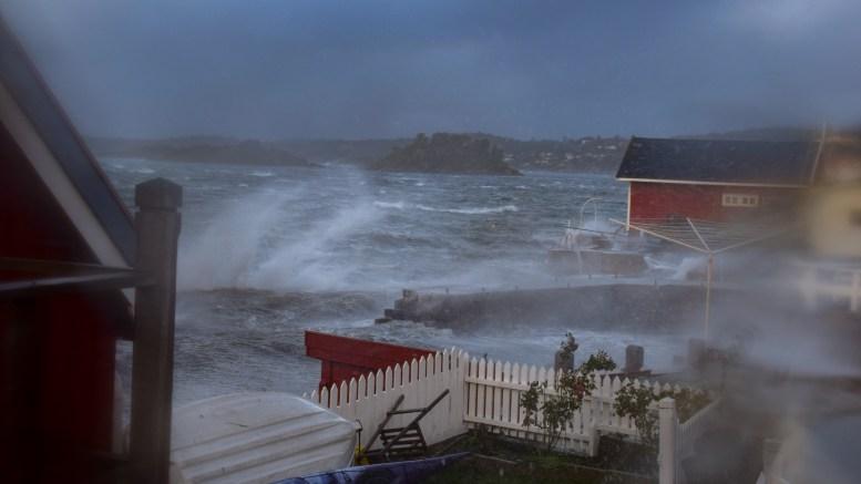 KNUD SLAPP UD: Stormen herjet med kysten fredag. Her fra Rævesand der sjøsprøyten sto langt opp på land. Foto: Esben Holm Eskelund