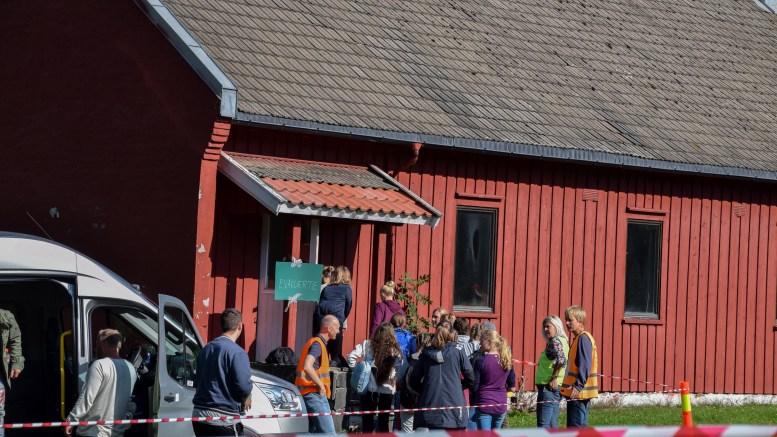 EVAKUERTE TIL HOVE: Deler av Hove Leirsenter ble evakuerings- og pårørendesenter i forbindelse med katastrofeøvelsen i Arendal. Her ankommer en buss med evakuerte (skuespillere) fra sentrum. Foto: Esben Holm Eskelund