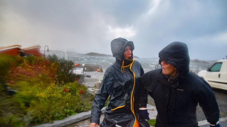 LETTET NESTEN: Wibekke Adele Grønlund (t.v.) skvetter til når Turid Norberg dyttes fremover av et enormt kraftig vindkast på Rævesand fredag. Foto: Esben Holm Eskelund