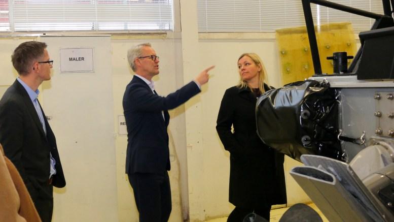 NORSAFE: Administrerende direktør Dag Songdal i Norsafe har stadig prominent besøk. Her fra et bedriftsbesøk av ordfører Robert C. Nordli (Ap) og partisekretær i Arbeiderpartiet, Kjersti Stenseng. Arkivfoto
