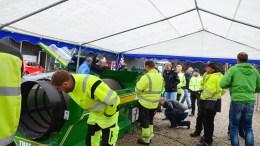 STOR INTERESSE: Folk som jobber med blant annet kunstgressbaner i flere kommuner på Sørlandet var tilstede på demonastrasjonen av «Turf Cleaner» på Sandnes Stadion på Tromøy mandag. Foto: Esben Holm Eskelund