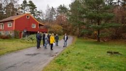 FRADELING: Kommuneplanutvalget var på befaring på eiendommen sist uke, for å kunne danne seg et bilde av hva et ja-vedtak vil ha å si for området på Flangeborg. Foto: Esben Holm Eskelund