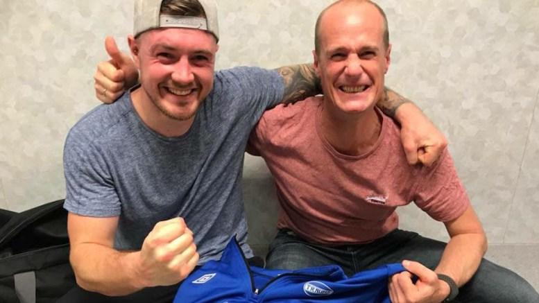 STORESLEM: Marius Frydenlund Halvorsen og Christian Knudsen hadde all grunn til å glise etter å regelrett ha knust all motstand fra vestegdene i Holum. Foto: Trauma Håndball/Facebook