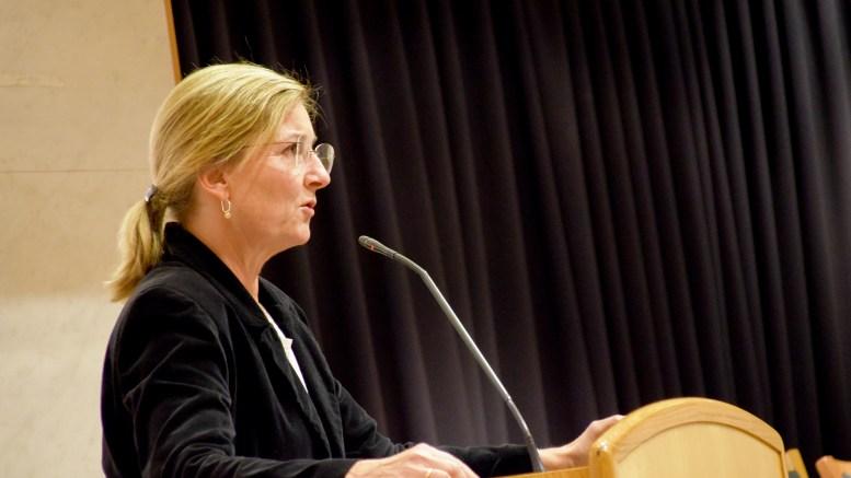 SVØMMEBASSENG: Venstres Cathrine Høysen Hall var klar i talen da hun onsdag fortalte hvor hennes parti mener et nytt svømmebasseng bør bygges i Arendal kommune. Arkivfoto