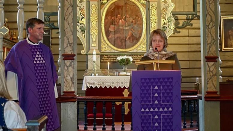 KIRKETEKSTILER: Søndag kunne sogneprest Lars Peder Holm vise frem Tromøy kirkes nye tekstiler. Her sammen med menighetsrådleder Astrid Saudland. Foto: innsendt