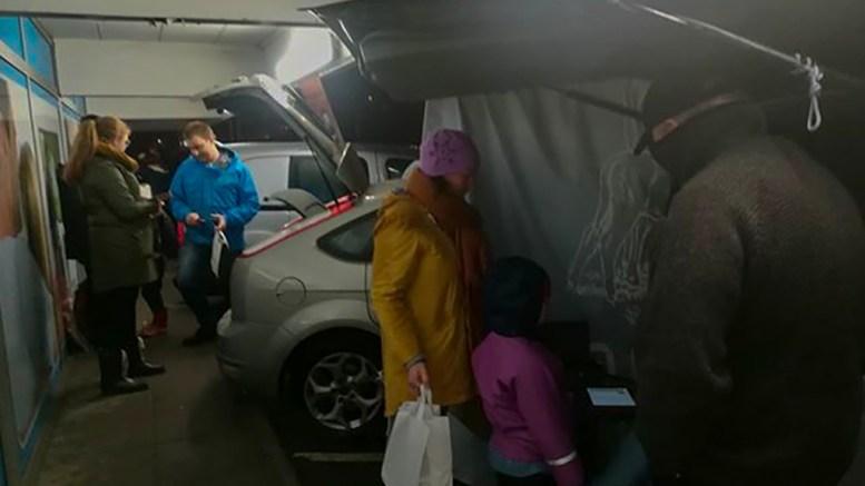 LOKALMAT: I Reko-ringen møtes lokale kunder og matprodusenter på avtalt sted for utlevering av kortreiste produkter. Foto: Elisabeth Nilsen