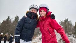 GØY PÅ KJENNA: Ingeborg og Ingrid hadde det skikkelig gøy på glattisen på Kjenna. Foto: Esben Holm Eskelund