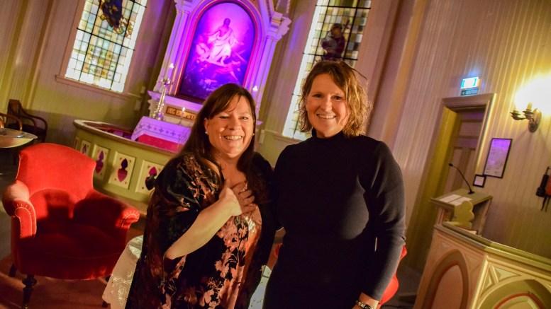 TETT PÅ: Iren Matheussen og Merete Haslund får besøk av gjest av nasjonalt kaliber til talkshowet Tett på i Færvik kirke fredag. Foto: Esben Holm Eskelund