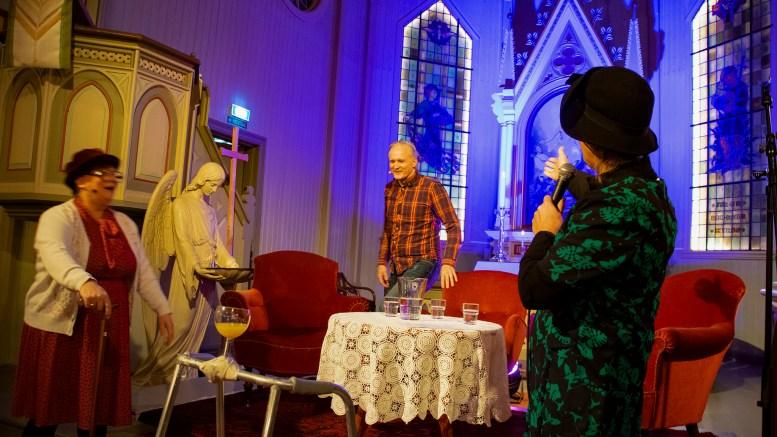 TETT PÅ JON SCHAU: «Marie» og «Gudrun» ga komiker Jon Schau en latterfylt velkomst til talkshow i Færvik kirke. Foto: Esben Holm Eskelund