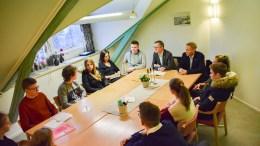 MØTTE ELEVRÅDET: Ordfører Robert C. Nordli (Ap) og varaordfører Terje Ø. Eikin (Krf) møtte elevrådet på ungdomstrinnet på Roligheden skole for å høre om deres skolehverdag. Tilstede i møtet var også skolesjef Øystein Neegaard og lærer Lene Vollan Christiansen. Foto: Esben Holm Eskelund