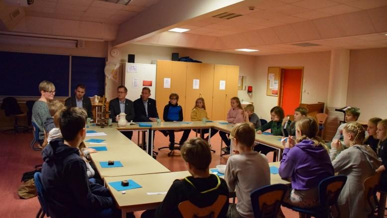 HØYTIDELIG SKOLESTART: Elevrådet ved Sandnes skole fikk en formell start på dagen i møte med ordfører, varaordføreren og skolesjefen i Arendal kommune. Foto: Esben Holm Eskelund