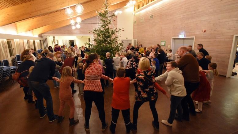 GODE TRADISJONER: Rundt 100 barn og voksne feiret juletrefest på Menighetshuset på Tybakken like på nyåret. Foto: Tom Terjesen