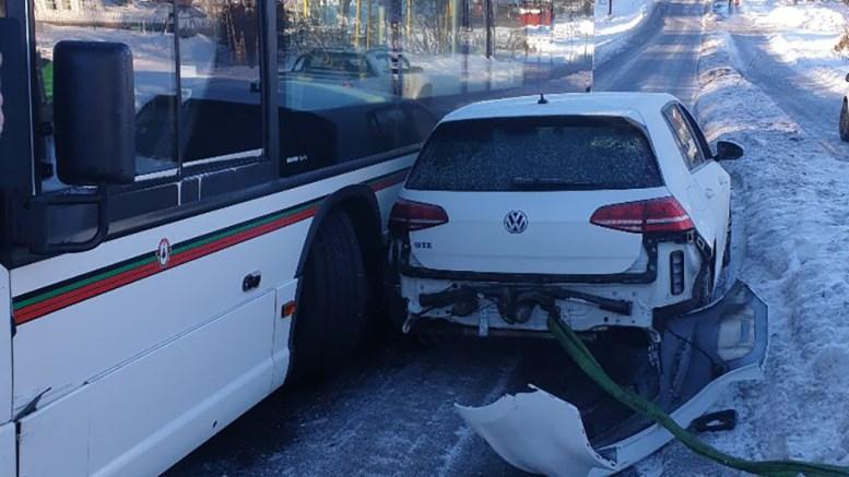 KILT FAST: En rutebuss og en personbil kilte seg fast i veien ved Antjennsmyra fredag formiddag. Foto: Privat